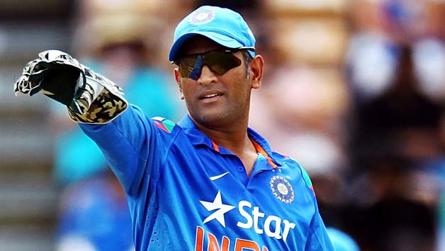 how much does dhoni earn