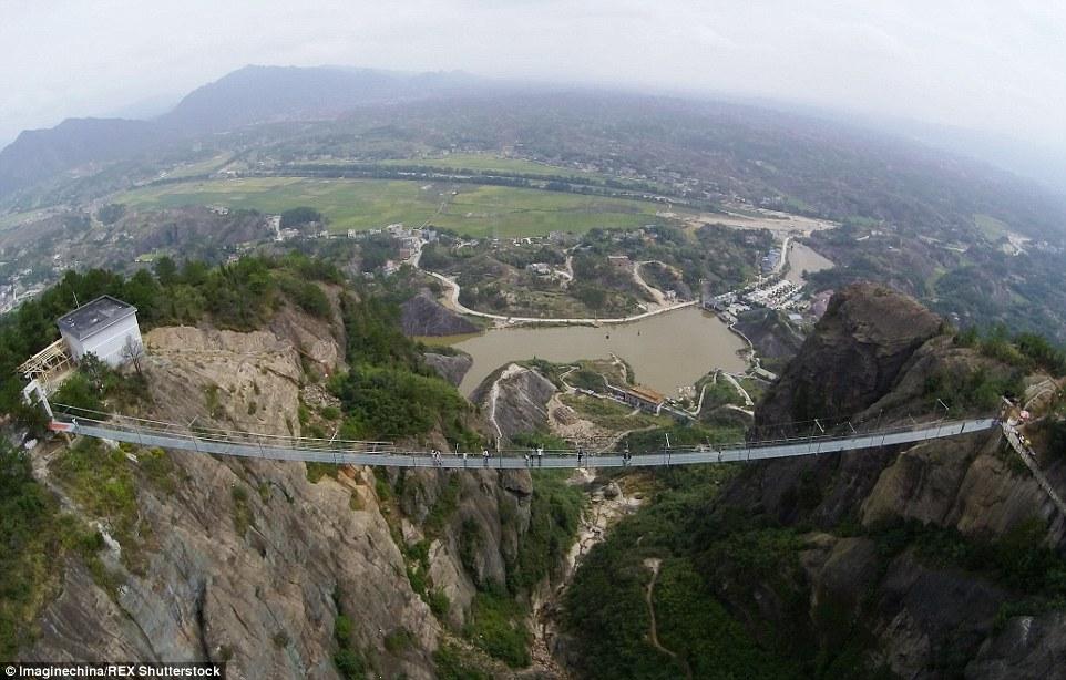 Chinas new glass-bottom walkway 590 feet long