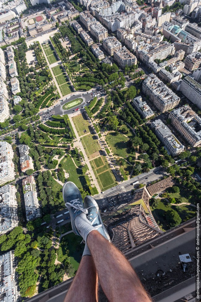 photo clicked on top of eiffel tower in paris