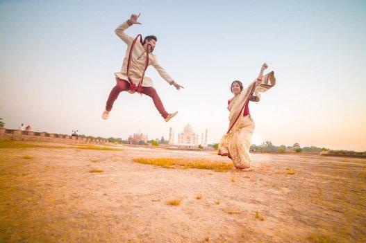 foreign couple do pre wedding photoshoot at taj mahal