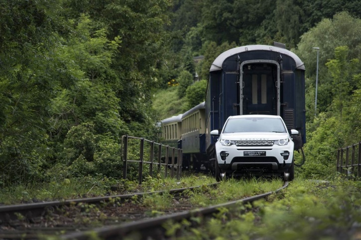 Land Rover Pull A 100-Tonne Train