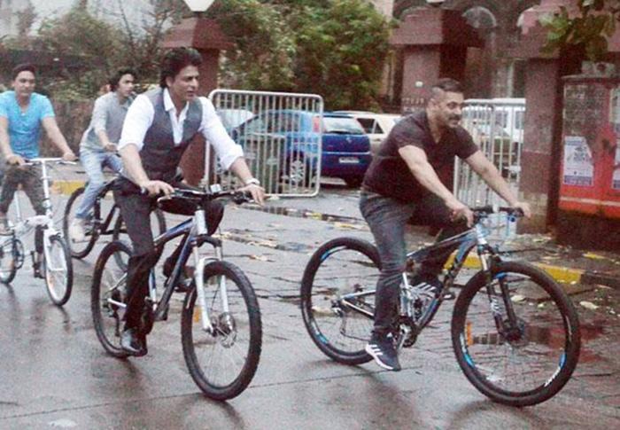 Salman Khan And SRK Along With Son Aryan Go On A Cycle Ride On Mumbai Roads