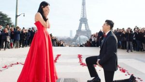Man Proposes To GF In Front Of Eiffel Tower Dancing To SRK's 'Mere Naam Tu'